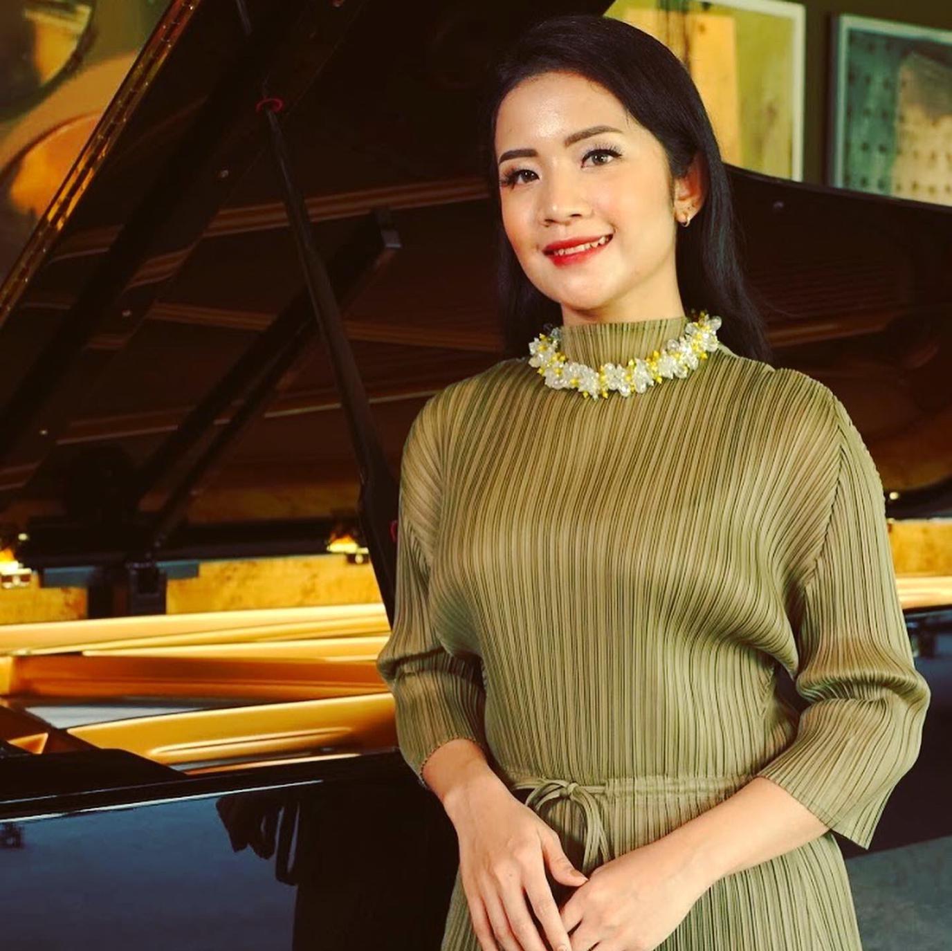 Ms Yasashi - Vocal Teacher